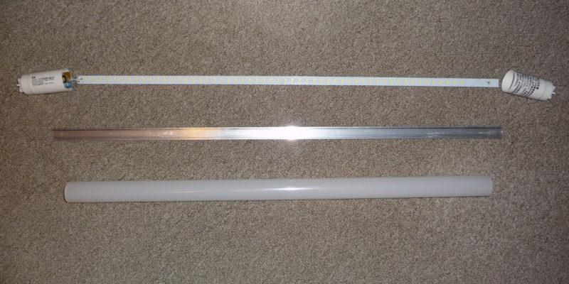 LEDランプは、両端の端子、LEDラインライト、アルミ板、円筒形の筒に分解できる