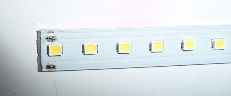切れ分けたLEDラインライト基板に、電源ケーブル接続用の端子を作る