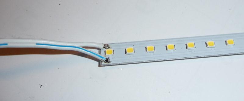 切れ分けたLEDラインライト基板に、電源ケーブルをはんだ付けした